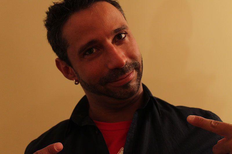 Rubén Lara usando Camisetas Interiores Rojas