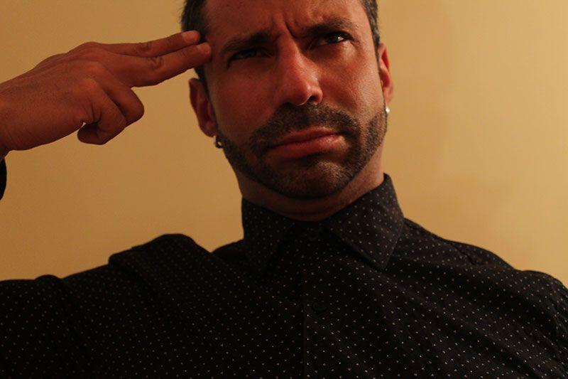 Rubén Lara usando Camisetas Interiores Todos los Botones